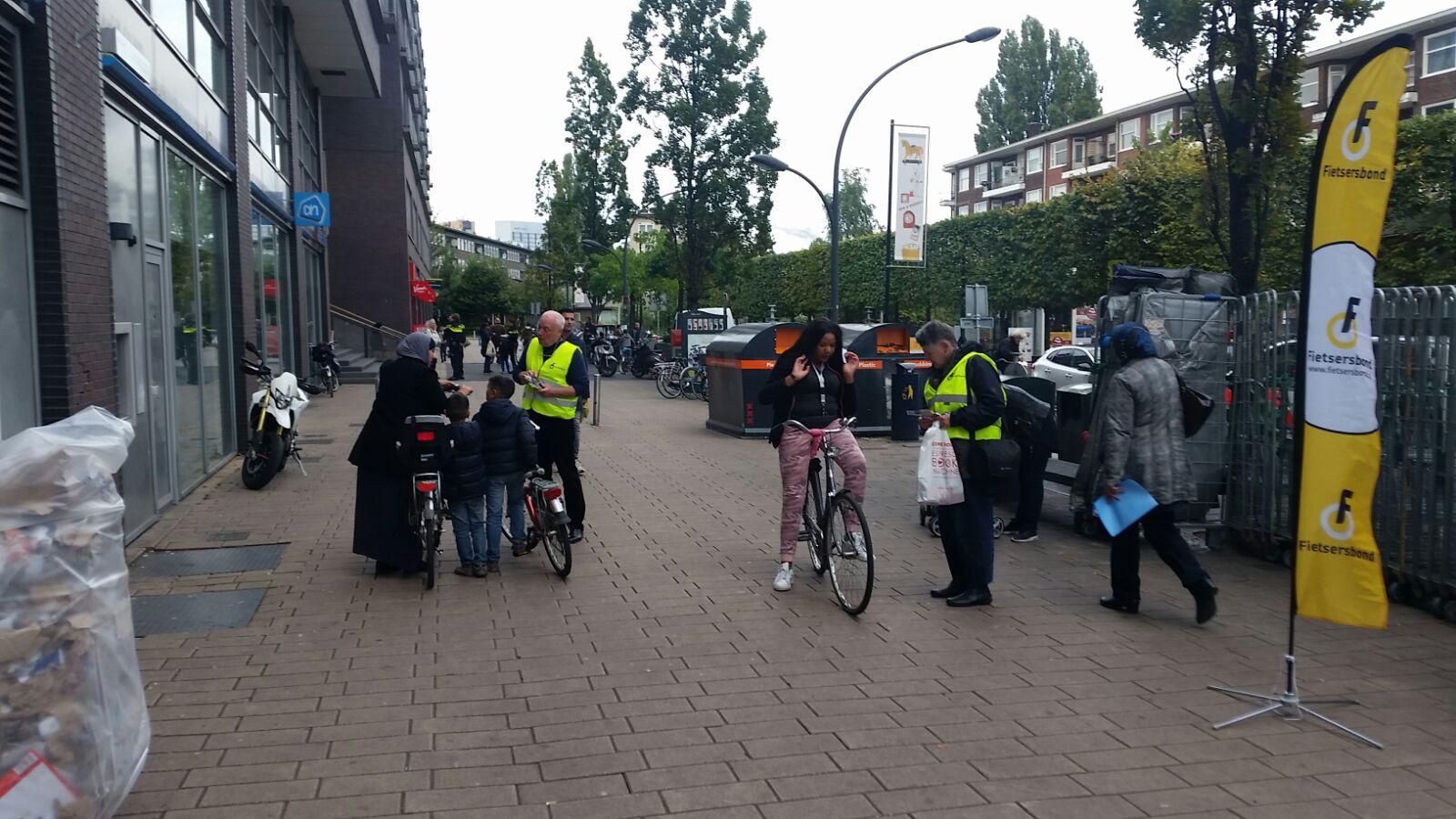 De vrijwilligers van de Fietsersbond (gele hesjes) druk aan het werk