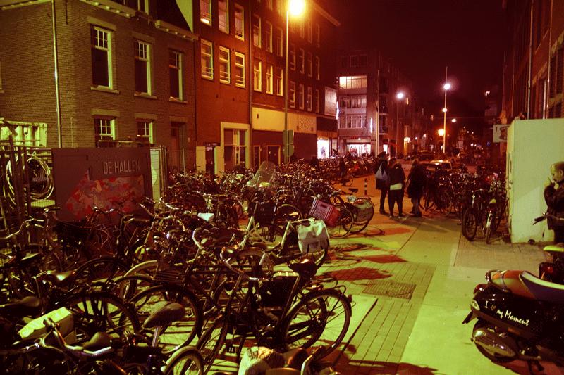 Eind oktober al konden avondlijke bezoekers van De Hallen hun fiets er niet meer fatsoenlijk kwijt. En toen draaide het nog niet eens op volle toeren.