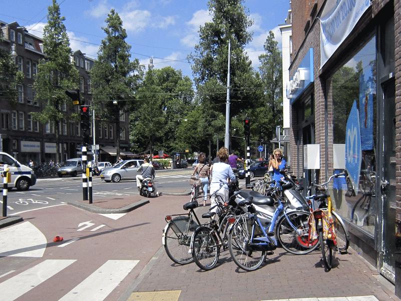 Chaos op een zaterdagmiddag bij de AH op de hoek De Clercqstraat-Bilderdijkstraat. Samen met Cliëntenbelang voerde de Fietsersbond hier eerder dit jaar actie tegen asociaal fietsparkeren.