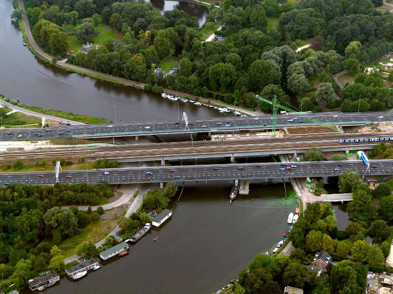De huidige Rozenoordbrug wordt verbreed voor auto's waardoor de fietsverbinding die er langs loopt in de knel komt.